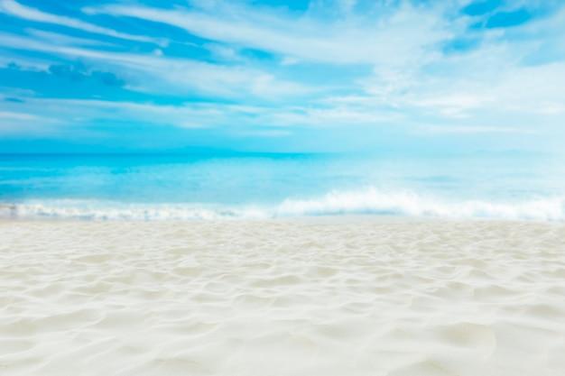 Bella spiaggia di sabbia bianca con cielo blu, destinazione da sogno estivo. Foto Premium