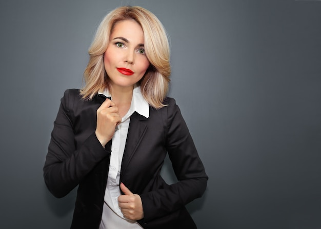 Bella donna in giacca nera e labbra rosse Foto Premium