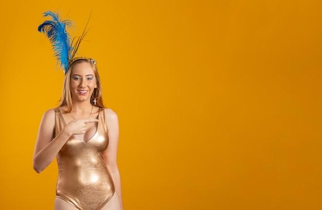 Bella donna vestita per la notte di carnevale Foto Premium