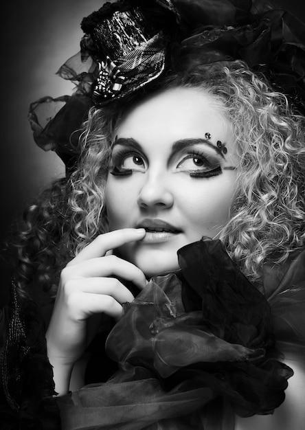 Bella donna in cappellino con trucco artistico. Foto Premium