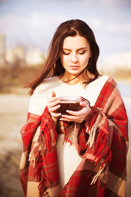 Bella donna in plaid su un campo Foto Premium