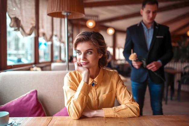 Bella donna in attesa nel ristorante Foto Premium