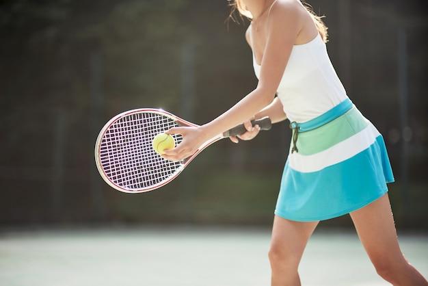 Una bella donna che indossa una pallina da tennis sportswear. Foto Premium