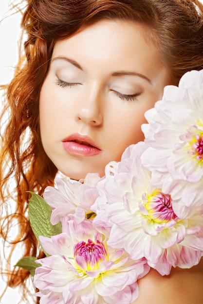 Bella donna con grandi fiori rosa Foto Premium