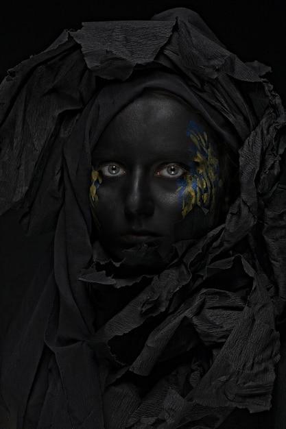 Bella donna con la faccia nera Foto Premium