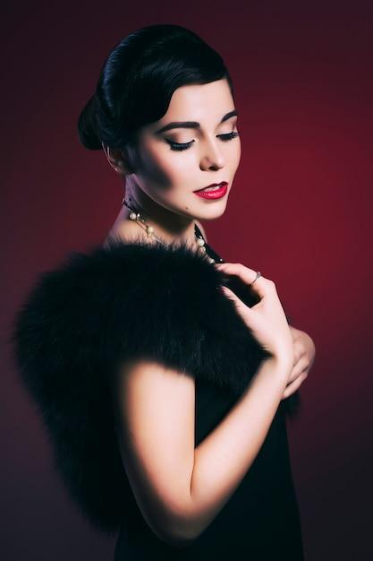Bella donna con labbra rosse e acconciatura frangia onda Foto Premium