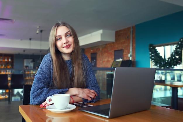 Bella ragazza che riposa in un caffè Foto Premium