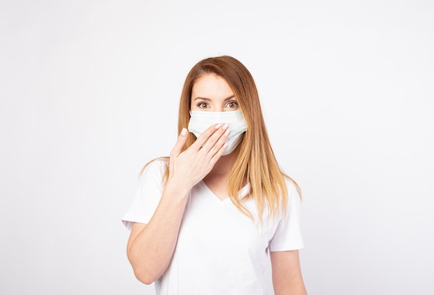 Bella giovane donna in maglietta bianca con maschera usa e getta Foto Premium