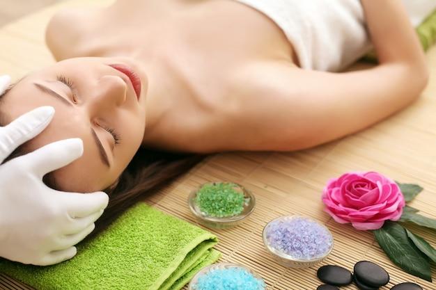 Bellissima giovane donna con pelle pulita fresca tocco proprio viso. trattamento facciale . cosmetologia, bellezza e spa Foto Premium