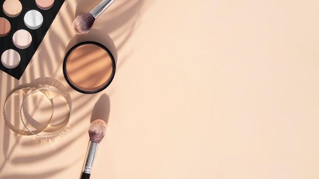 Confezione di cosmetici di bellezza con copia-spazio Foto Premium