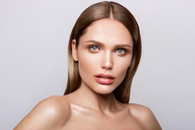 Ritratto di bellezza del modello con trucco naturale. Foto Premium