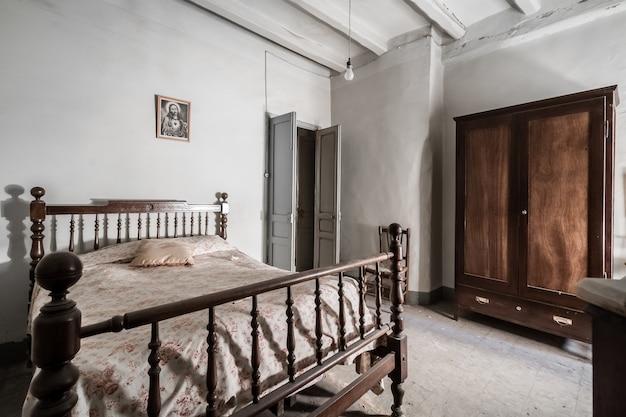 Camera Da Letto Di Una Vecchia Casa Con Mobili Rustici Foto Premium