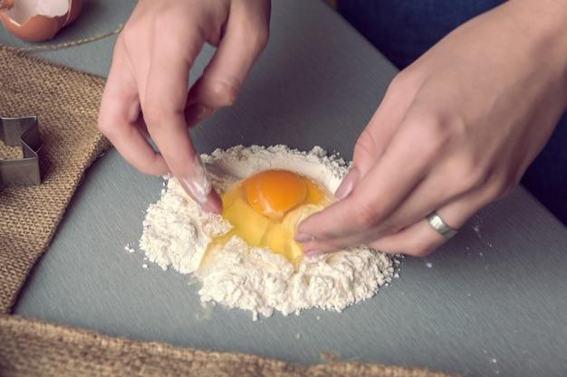 Inizio dell'impasto della pasta con farina e uovo Foto Premium