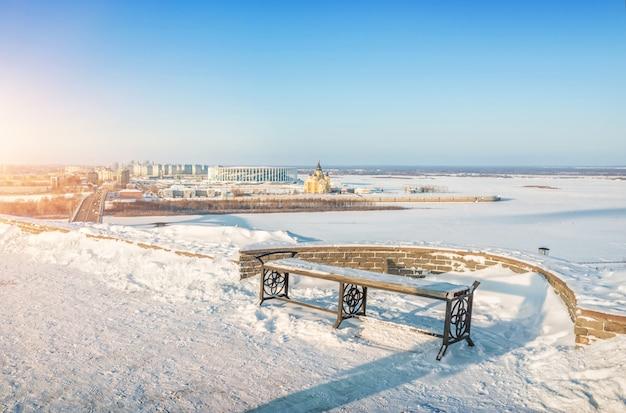 Panchina sulla sponda alta del fiume oka e vista sulla cattedrale alexander nevsky a nizhny novgorod Foto Premium