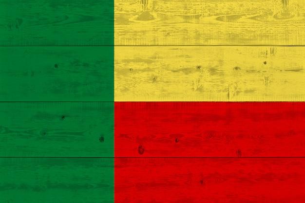 Bandiera del benin dipinta su tavola di legno vecchio Foto Premium