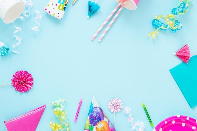 Cornice di oggetti di compleanno con spazio di copia Foto Premium