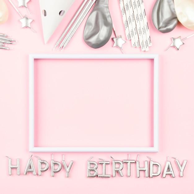 Ornamenti di compleanno con sfondo rosa Foto Premium