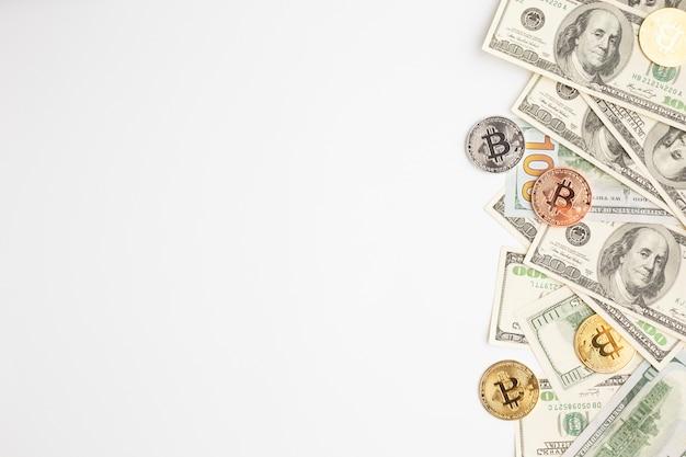 Bitcoin e banconote con copia-spazio Foto Premium