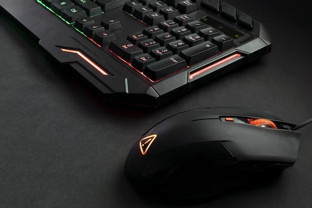 Tastiera da gioco retroilluminata nera e mouse da gioco Foto Premium