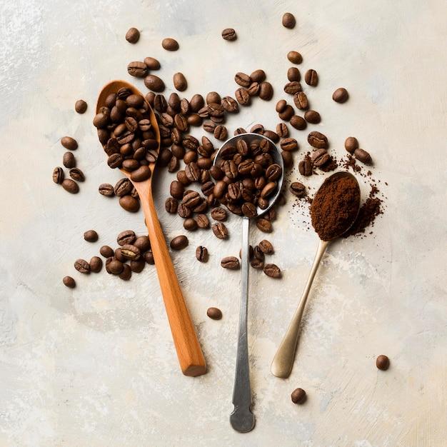 Assortimento di chicchi di caffè nero su sfondo chiaro Foto Premium