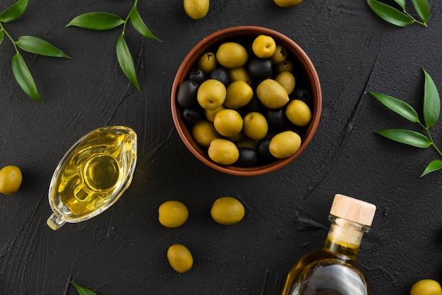 Olive nere e verdi su fondo nero Foto Premium