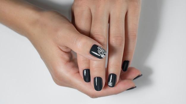 Unghie nere con nail art Foto Premium