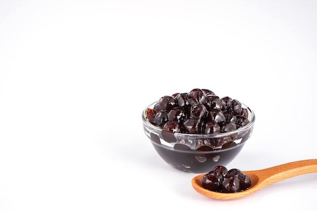 Perle nere. perle di tapioca bollite per bubble tea su sfondo bianco. copia spazio Foto Premium