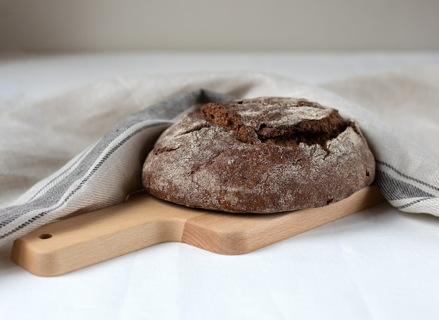 Pane di segale nero su una tavola di legno Foto Premium