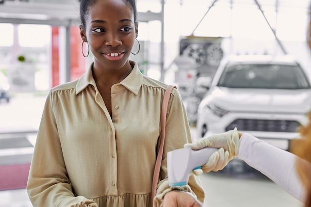 Una donna di colore è venuta a comprare un'auto in concessionaria Foto Premium