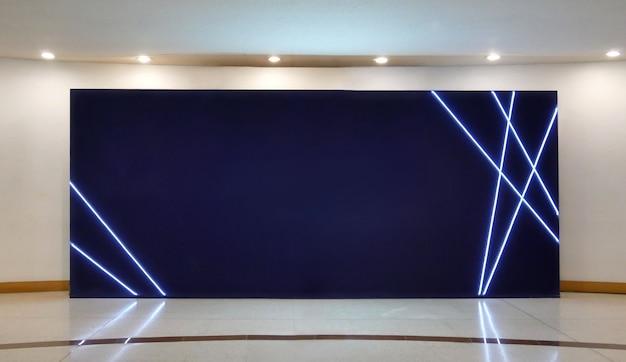 Mockup di manifesti di schermo scuro tabellone per le affissioni in bianco nella galleria moderna, spazio aperto. Foto Premium