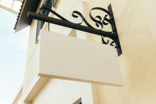 Cartello vuoto vuoto sul muro all'aperto, mock up. Foto Premium