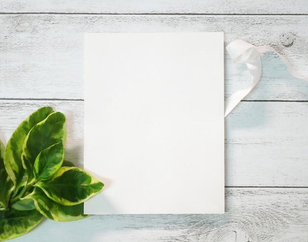 Cartolina d'auguri in bianco sulla vecchia tavola di legno bianca. Foto Premium