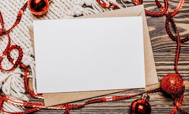 Nota in bianco su sfondo di legno buon natale e capodanno Foto Premium