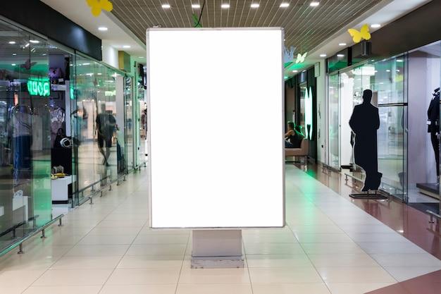 Segno in bianco mock up nel centro commerciale Foto Premium
