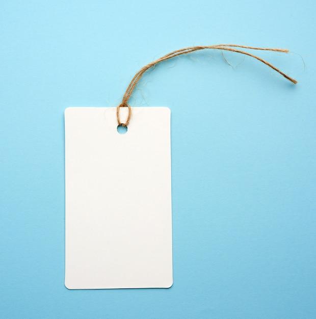 Etichetta in bianco del libro bianco con la corda bianca su un blu Foto Premium