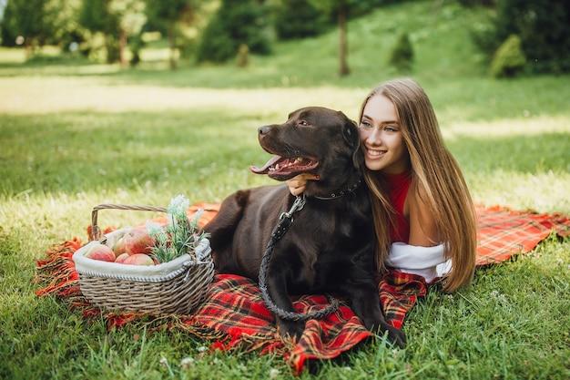 Donna bionda e il suo cane labrador che ride Foto Premium