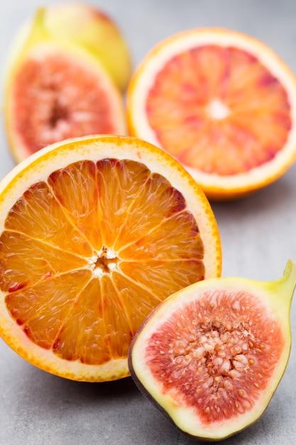 Sanguinose arance siciliane e fichi. profondità di campo. Foto Premium