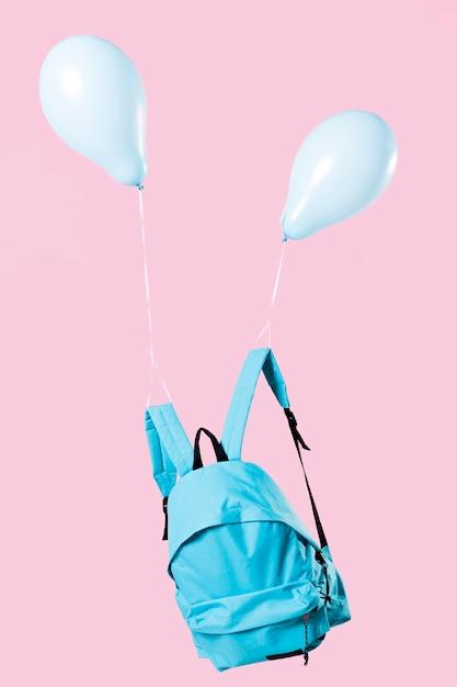 Zaino blu legato con palloncini Foto Premium