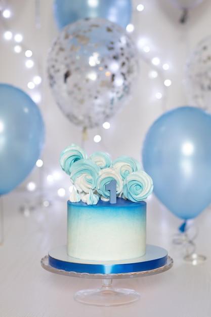Torta blu e palloncini Foto Premium