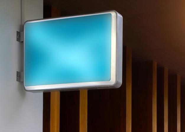 Mockup di segno di ristorante all'aperto vuoto blu per aggiungere il tuo logo design Foto Premium