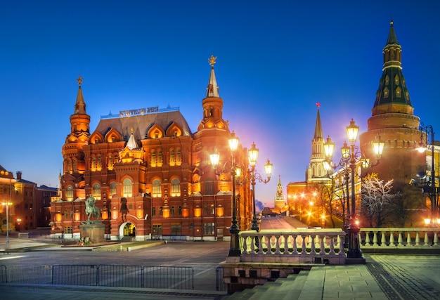 Notte blu sulla piazza manezhnaya vicino al museo storico di mosca Foto Premium