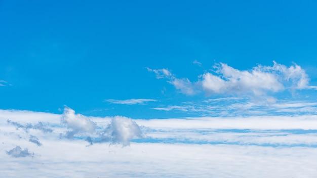 Fondo del cielo blu con le nuvole, spazio della copia per testo. Foto Premium