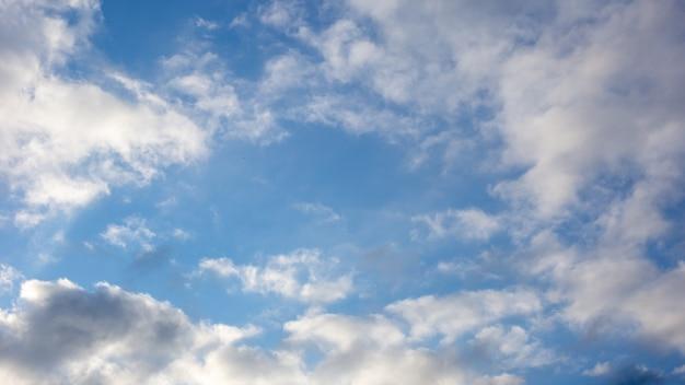 Sfondo di cielo blu con nuvole bianche e grigie. larghezza 16: 9 Foto Premium