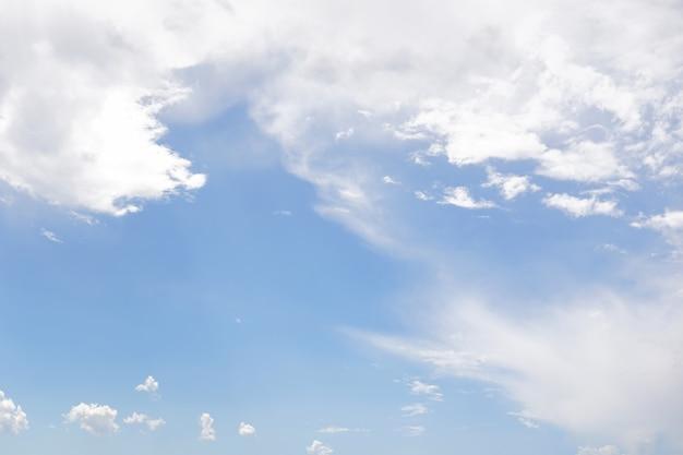 Cielo azzurro con nuvole bianche e sole. Foto Premium