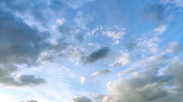 Cielo blu con nuvole bianche e grigie. larghezza 16: 9 Foto Premium