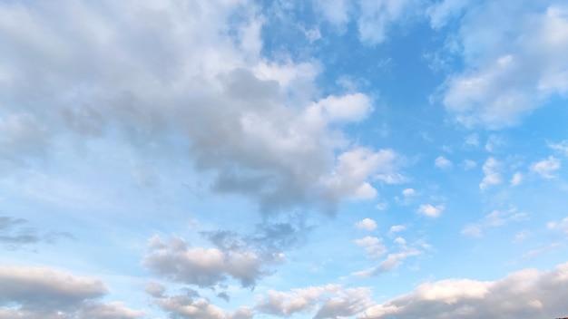 Cielo blu con nuvole bianche e grigie. Foto Premium
