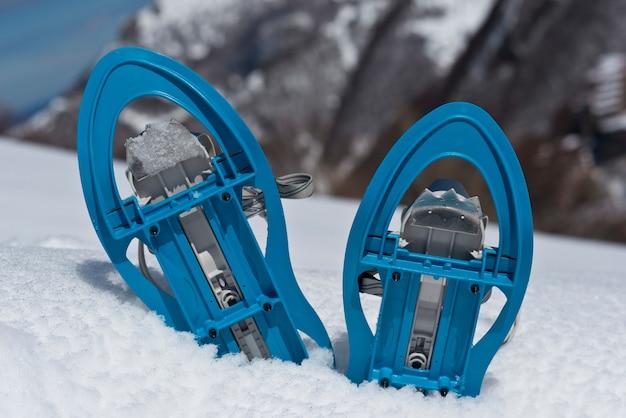 Ciaspole blu sulla neve Foto Premium