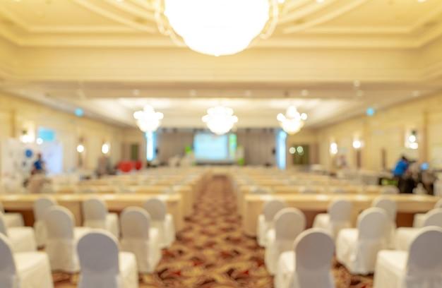 Sfondo sfocato di seminari di lavoro e sala eventi per conferenze. Foto Premium