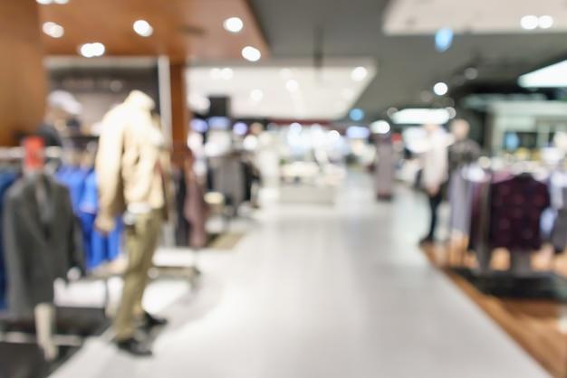 Interno di boutique di abbigliamento sfocato Foto Premium
