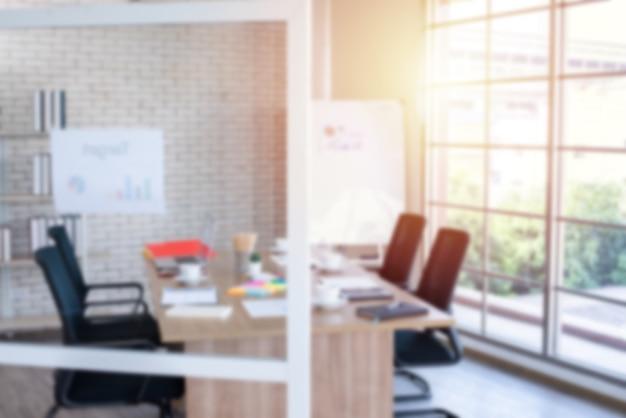 Immagine sfocata della sala riunioni nell'ufficio moderno, serata con luce solare - ideale per lo sfondo della presentazione Foto Premium
